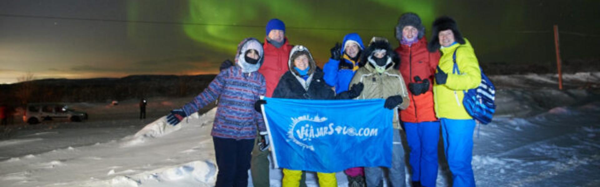 personas y auroras boreales de fondo