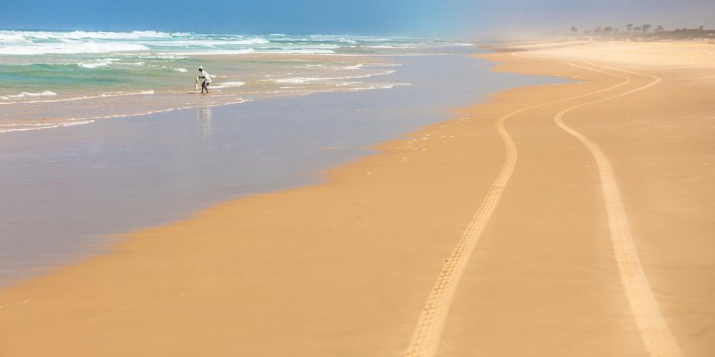 Playa en Senegal y una persona en el mar
